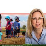 ראש המקומית פרדס חנה-כרכור, הגב' הגר פרי יגור; ברקע ילדים בטבע במסגרת תכנית הלימודים הייחודית 'גני יער' | עיבוד צילום: שולי סונגו